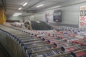 ショッピングモールで身勝手な迷惑駐車をしたクルマを完全包囲!凄まじい制裁手段が話題に!