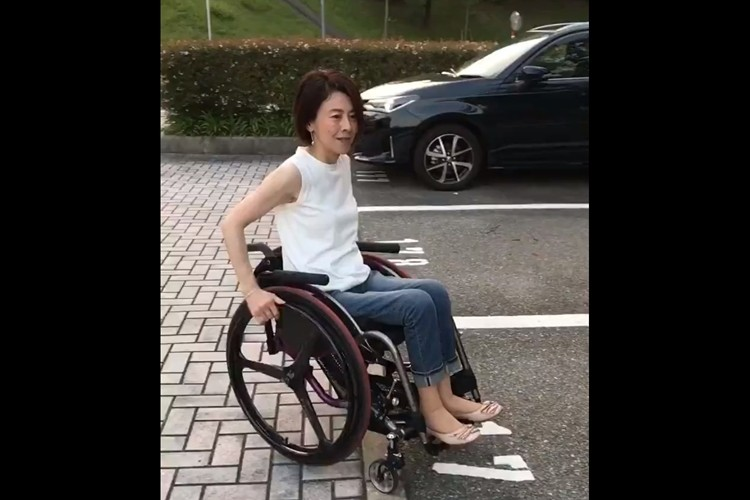 両足が使えなくても、両手だけで車をバリバリ運転!一連の動作と素敵な姿に多くの反響