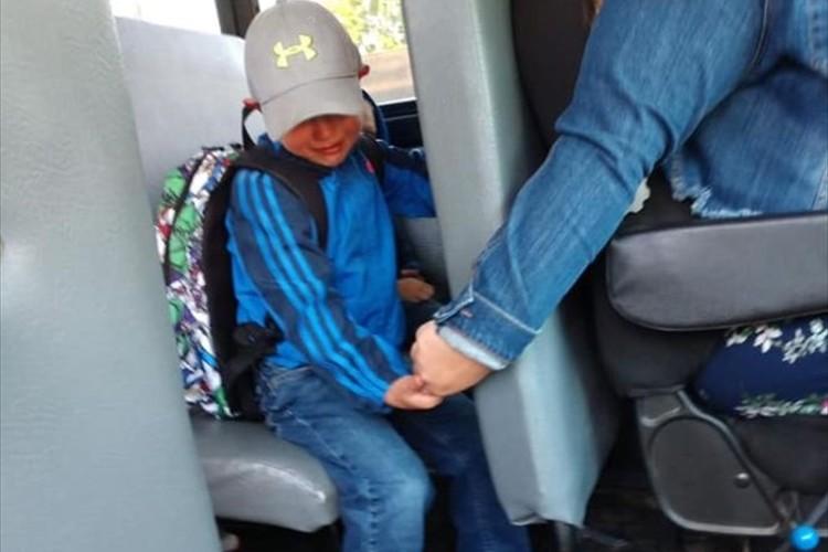 新学期の始まりが不安で涙を流す男の子・・その手を優しく握るバスの運転手に称賛の声