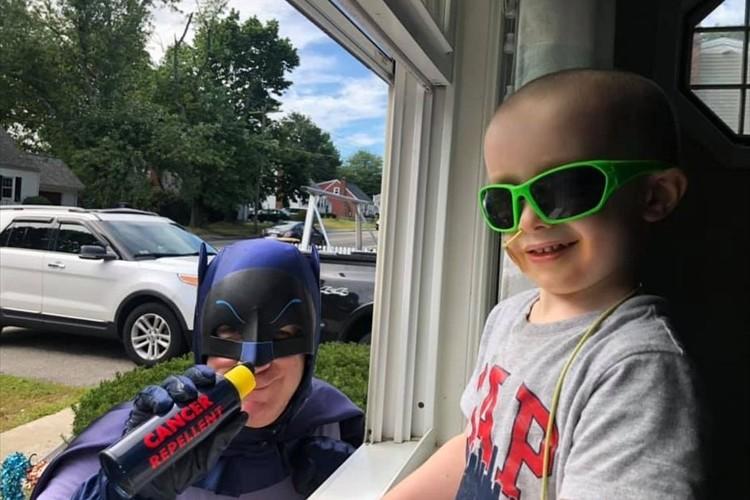 病気で外へ出られない男児のため、多くの地域住民が窓の外でパフォーマンス!両親は涙ながらに感謝