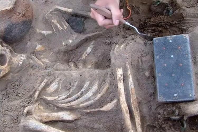 古代のスマートフォンか!?紀元前3世紀頃のものとされる人骨と一緒に出てきた物が話題に!