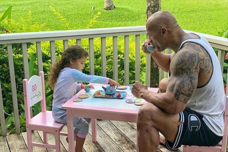 プロレスラーから俳優に転身したドウェイン・ジョンソンが、3歳の娘とお茶会!その様子が可愛すぎると話題に!
