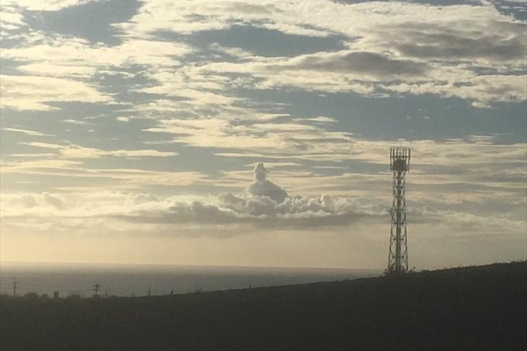 夕焼けを撮影したら写っていた仏様のような雲に反響「勇者ヨシヒコを思い出した」