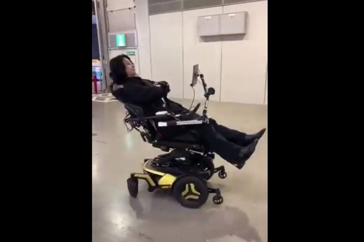 「最強の車椅子を作ったぞ」視線入力だけで立ちあがって走れて、寝ても走れる画期的な車椅子
