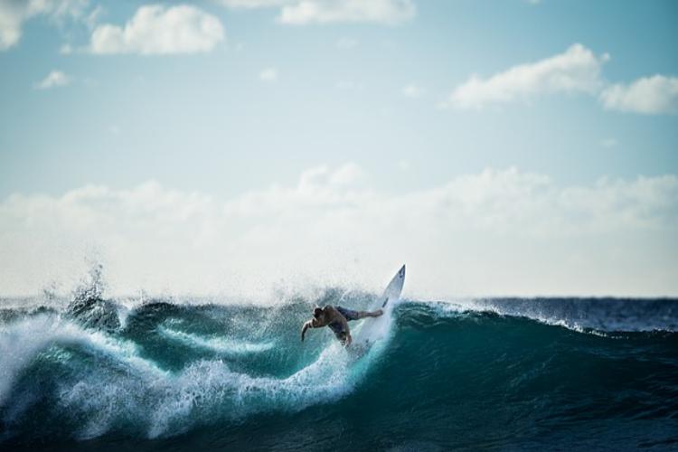オリンピック競技にもなったサーフィンの歴史は意外と古かった!競技の観戦方法も解説!