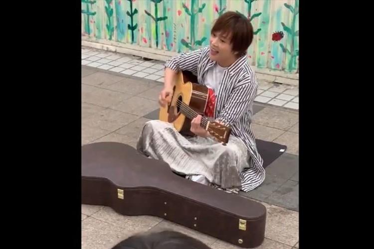 狸小路商店街を歩いていたら・・シンガーソングライターのyuiが路上ライブをしていた!