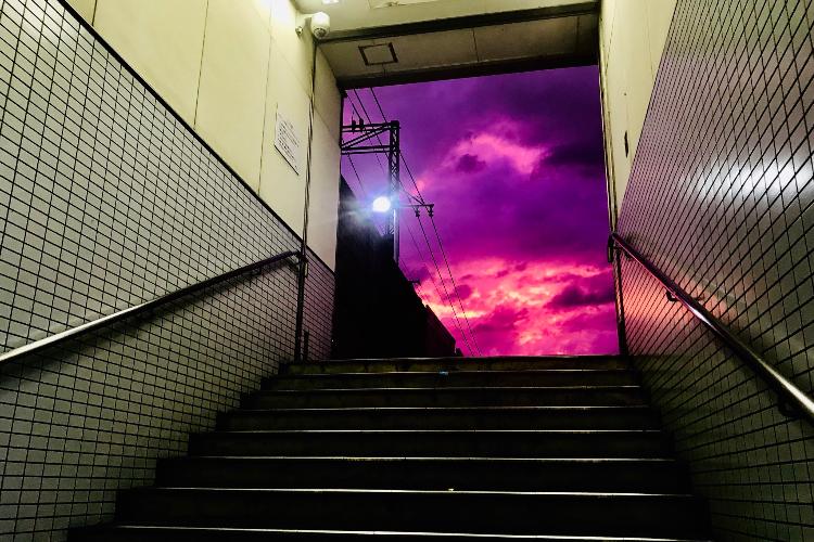 幻想的だけど不気味で恐ろしすぎる・・・。駅からでたら衝撃的な空が広がっていた!