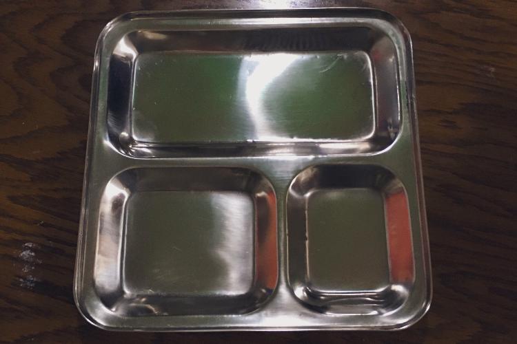 アジア雑貨屋で買った銀プレート、何を盛っても「シャバの飯じゃない感」がスゴイ(笑)