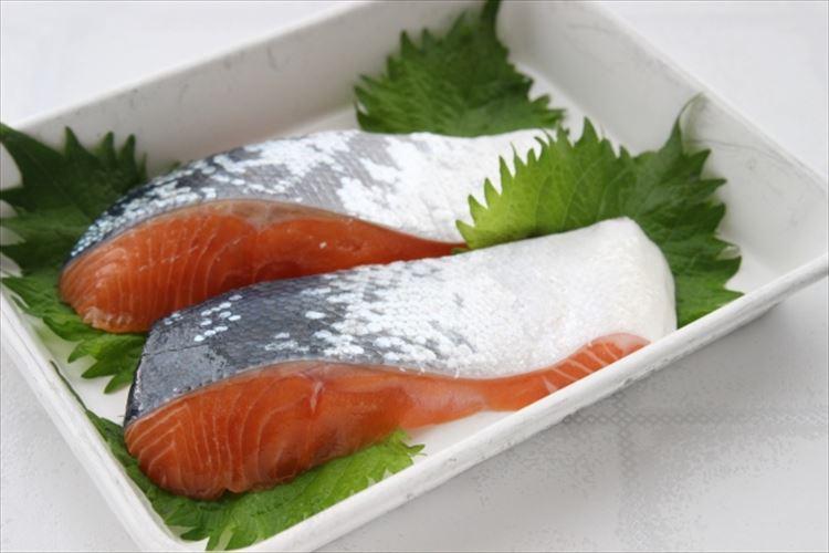 サーモンは白身魚ってホント?そもそも赤身と白身の違いは何?