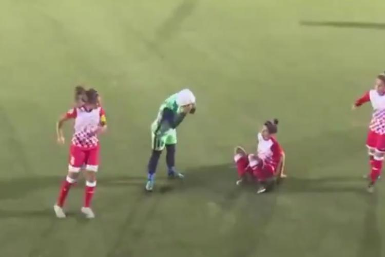 サッカーの試合中に選手の「ヒジャブ」が取れそうになるハプニング発生!すると敵チームが・・・