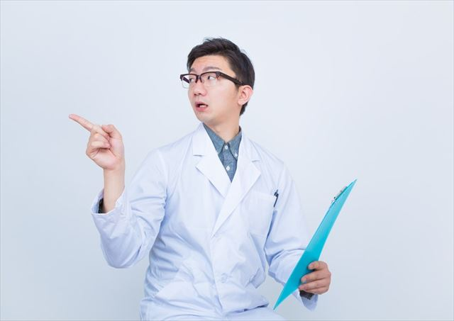 悪玉コレステロールを指摘するお医者さん