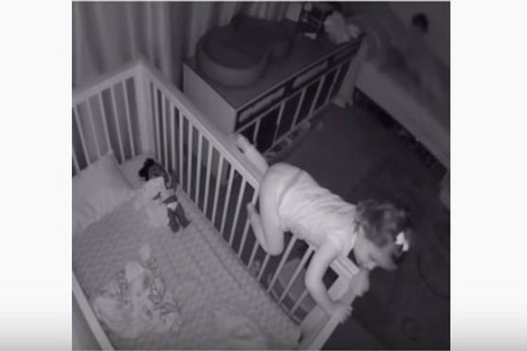 【動画】これぞ兄妹愛!ベッドから脱出する妹と、それを助ける兄のやりとりが微笑ましい