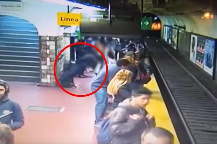 ホームからドミノ倒しに女性が転落!迫り来る電車を停めようと、大勢の人々がとった行動に感動