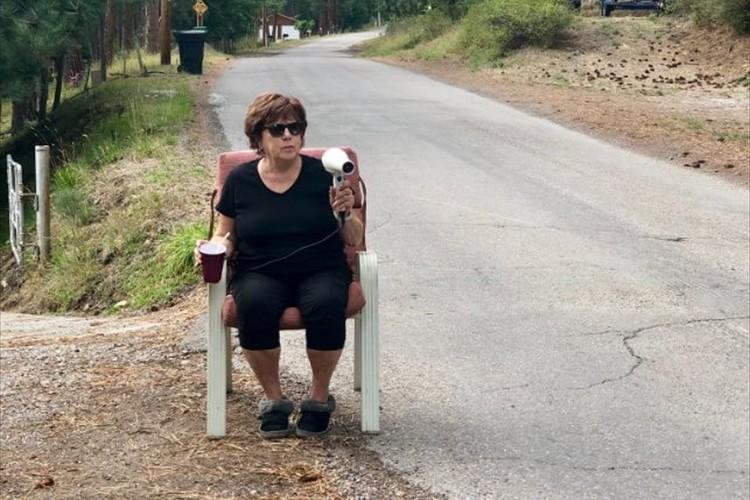 ドライヤー片手に道路沿いに座るこの女性の目的とは!?実は意外な理由が隠されていた!