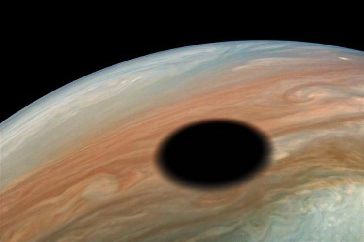 一体何なんだ!?NASAの宇宙船が、木星に浮かぶ直径約3,600kmのミステリアスな円を目撃!