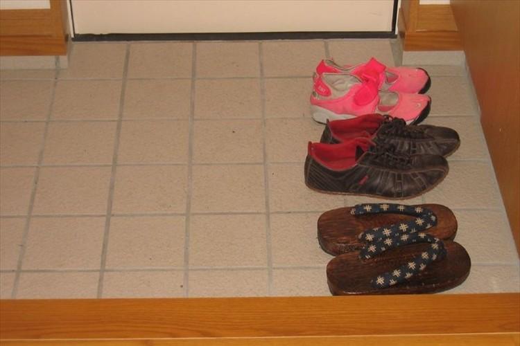 「子供の発想は偉大だ」3歳の娘に、靴は揃えて脱ぎなさいと言った時の行動が予想外だった