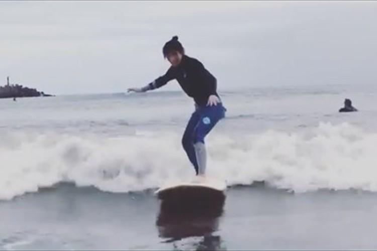 吉田沙保里が初サーフィンに挑戦!優雅に波に乗る姿に反響「すぐ立てるなんて、さすがの体幹」