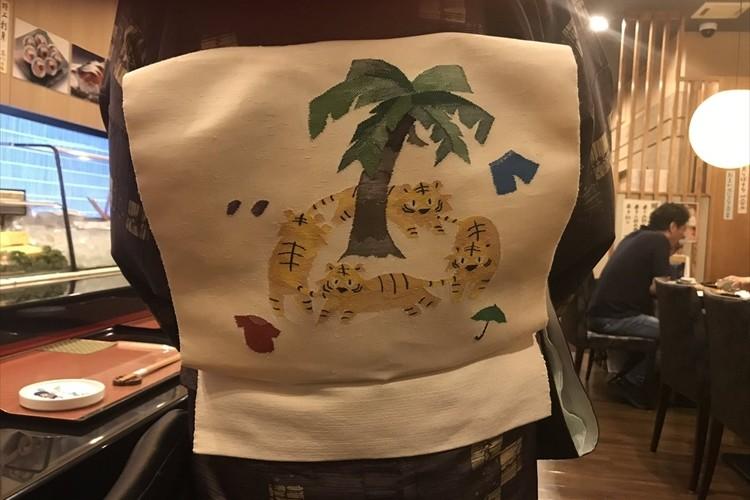 世界的に有名なあの童話!?とある寿司屋の女将がつけていた帯が可愛いと話題に!