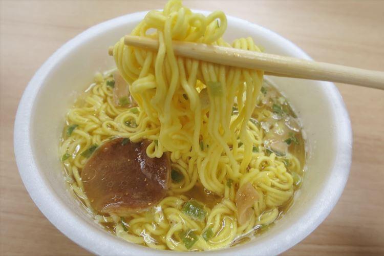 透明な豚骨スープに金粉入り!10月2日発売の「透豚骨(すけるとんこつ)ラーメン」を食べてみた