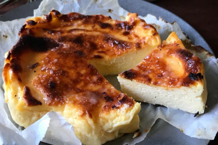 オーブンや専用の型を使わずにできる!今話題の「バスク風チーズケーキ」の簡単な作り方をご紹介!