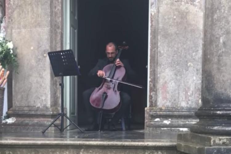 チェロと雨音のコンチェルト♪雨の中で演奏される無伴奏チェロ組曲に癒される!