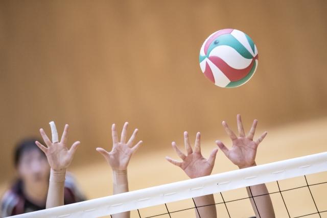 手を使うバレーボール選手