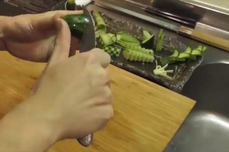 きゅうりの飾り切りを作る、芸術的な包丁さばきがスゴイ!「料理人なのか、芸術家なのか・・」