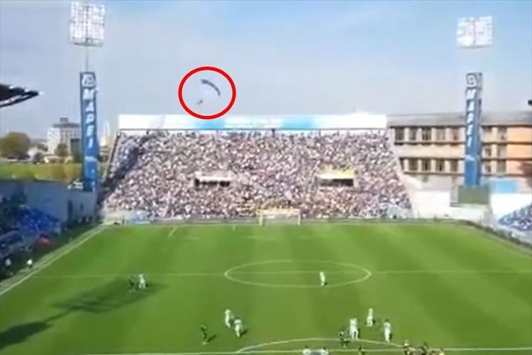 イタリアサッカー・セリエAの試合中、パラシュートがピッチに着陸するハプニングが発生!