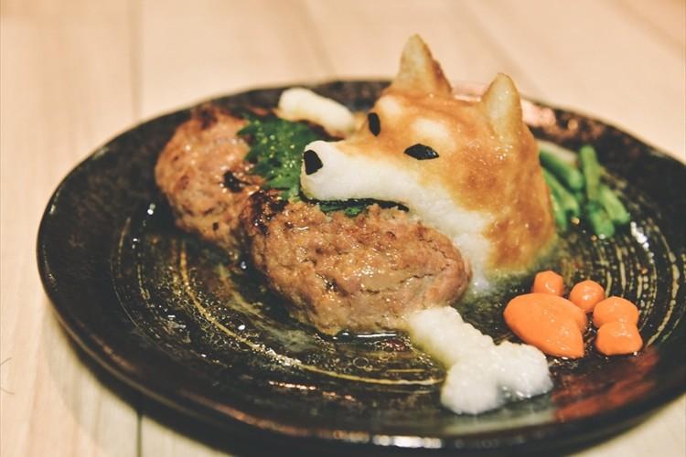 柴犬が骨付き肉をがぶり!キュートなおろしハンバーグに反響「可愛くて食べられない」