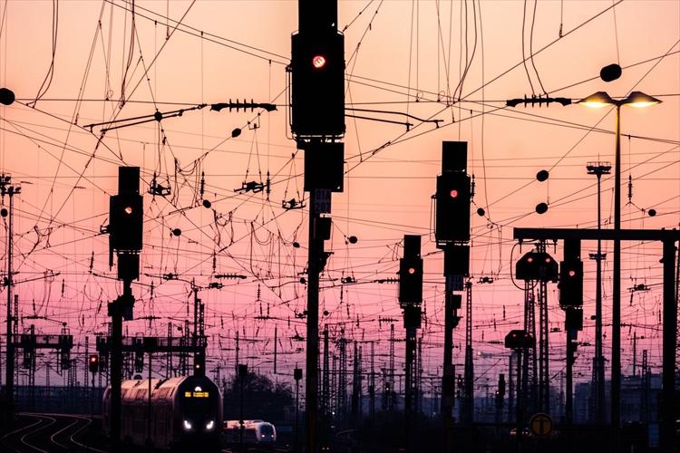 まるでアニメの世界のよう・・ドイツのフランクフルトで撮影した夕暮れの電線がドラマチック!
