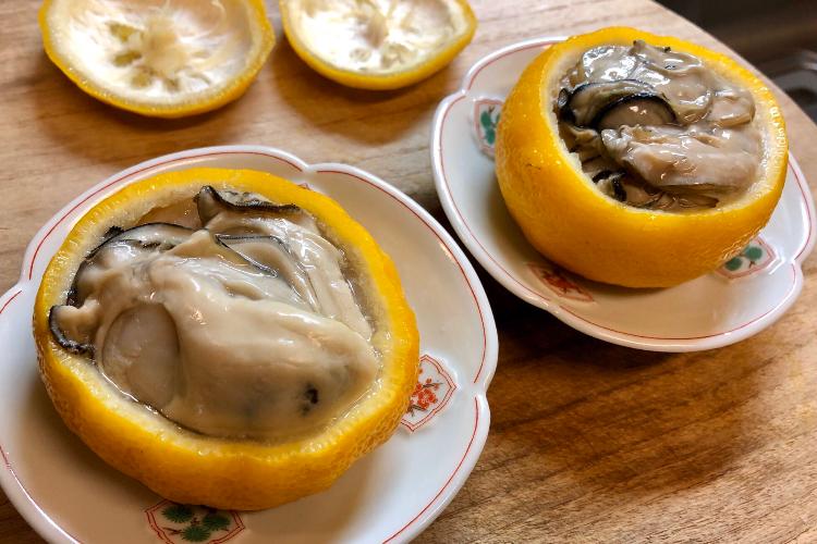 【レシピ公開】酒好きにはたまらん!柚子を器にした「牡蠣の柚子釜蒸し」がめっちゃ美味しそう