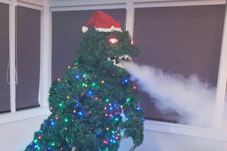 サンタさんもビックリ!手作りのゴジラ型クリスマスツリーが斬新で面白い