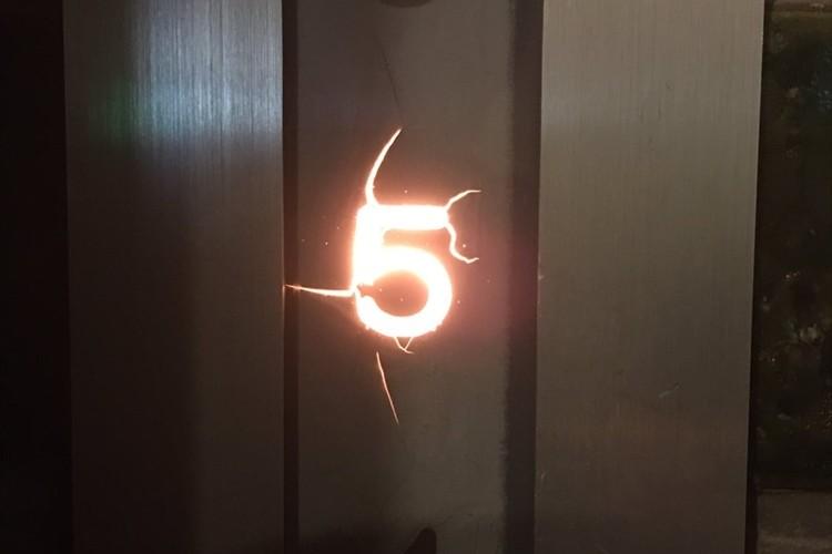 バイオハザードを想起させるエレベーターの文字盤が話題に!「火山へ続く地下エレベーター?」