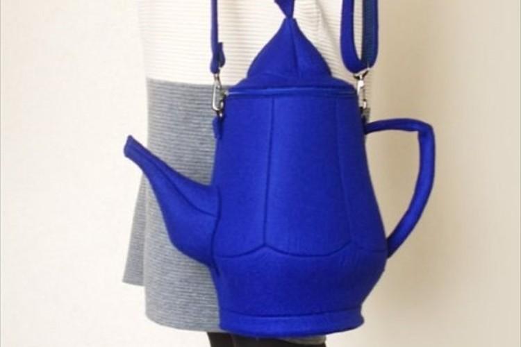 街中での注目度抜群!大人かわいい『青いティーポットショルダーバッグ』が面白い!