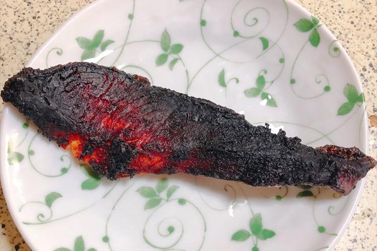 焼きすぎて凄まじいビジュアルとなった鮭が、あの「超有名怪獣の肉片」に似ていると話題に!