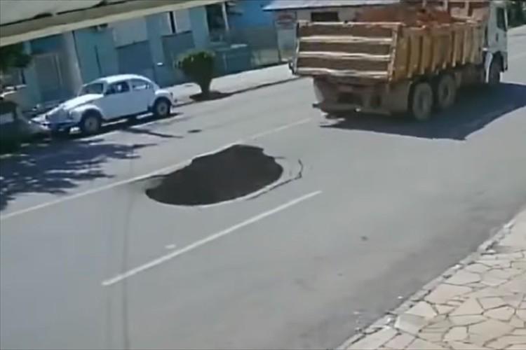 トラックが通過後に巨大な陥没穴が!後続車が気づかず、穴に吸い込まれるように転落していまい・・