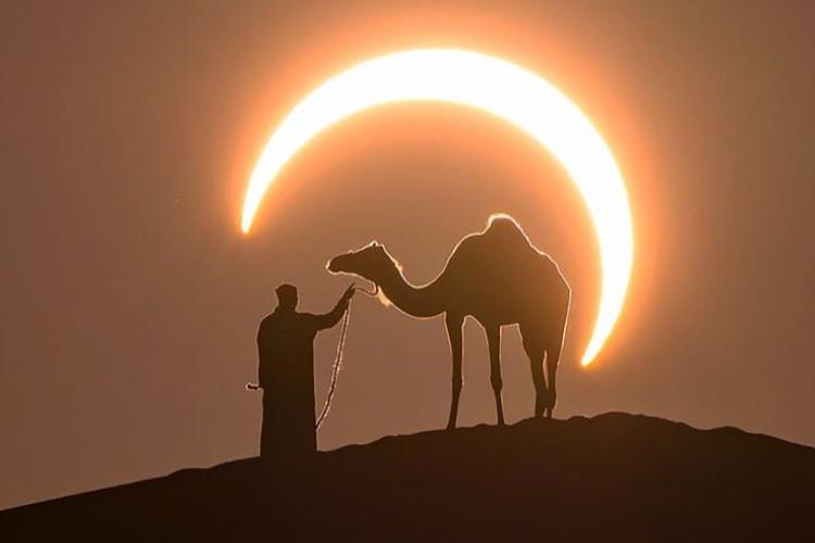 まるでCG!ドバイの砂漠で撮影された日食のパーフェクトショットが美しすぎる
