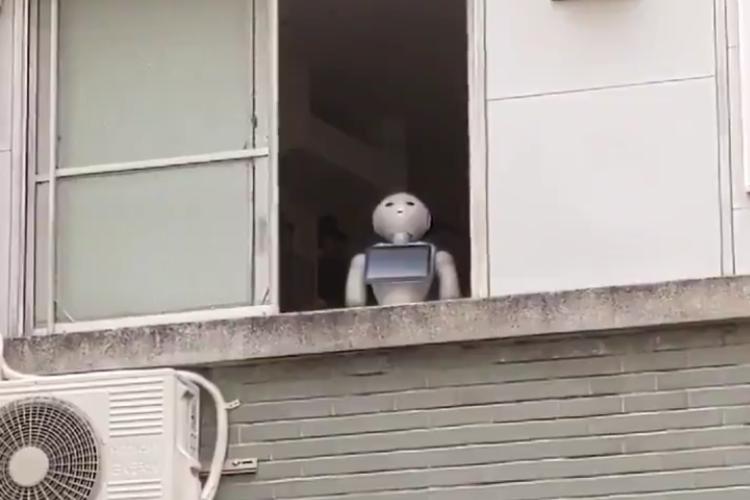 本当にロボット!?商店街の2階で何かを眺め続けるペッパーが怖すぎる