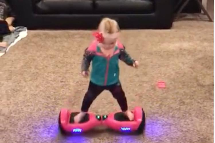 大人でも難しいのに・・ホバーボードを軽々と乗りこなす1歳4ヶ月の女の子に驚き!