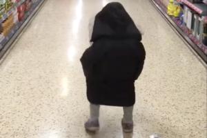 よちよち歩きの子の後ろ姿が可愛いなと見ていると・・・驚きの展開に笑った!