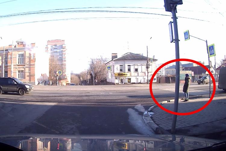 衝突事故でバランスを崩した車が歩行者に・・!間一髪の瞬間をカメラが捉えた!