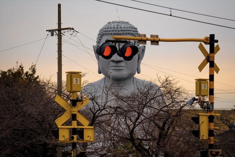 愛知県江南市名物『サングラス大仏』が話題に!踏切の遮断機が下りてから上がるまでの動画も必見!