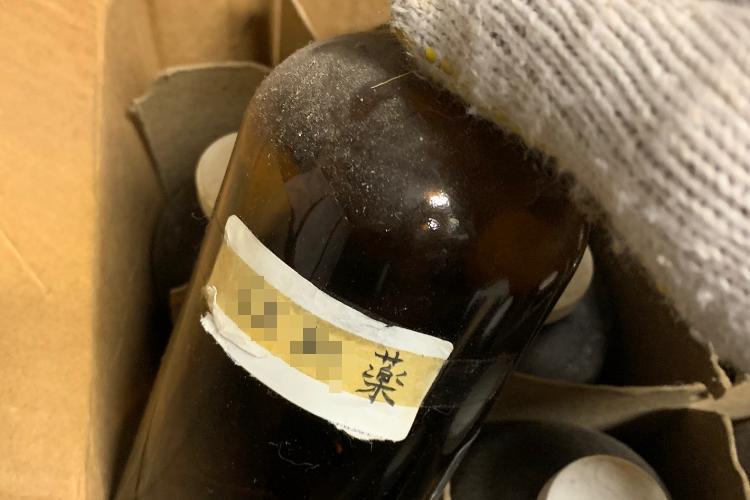 実家の倉庫でとんでもないものを発見!飲んだらメロメロになっちゃう秘薬か!?