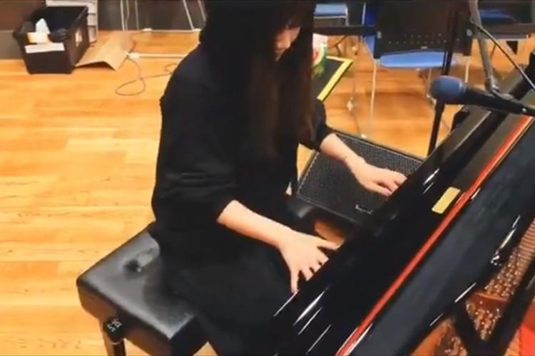 ピアノを弾き始める大塚愛。練習中と言いつつ、凄まじいクオリティの「鬼滅の刃」主題歌を披露!
