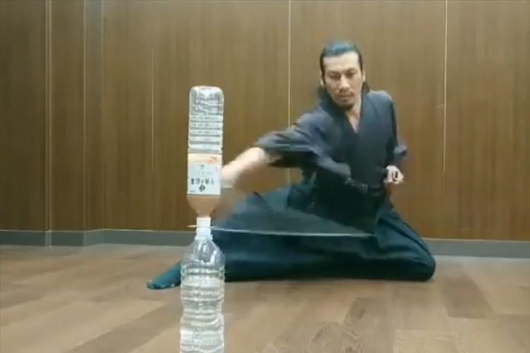 何が起こったのか分からない!日本刀を使った早業「トランプチャレンジ」が凄すぎると話題に