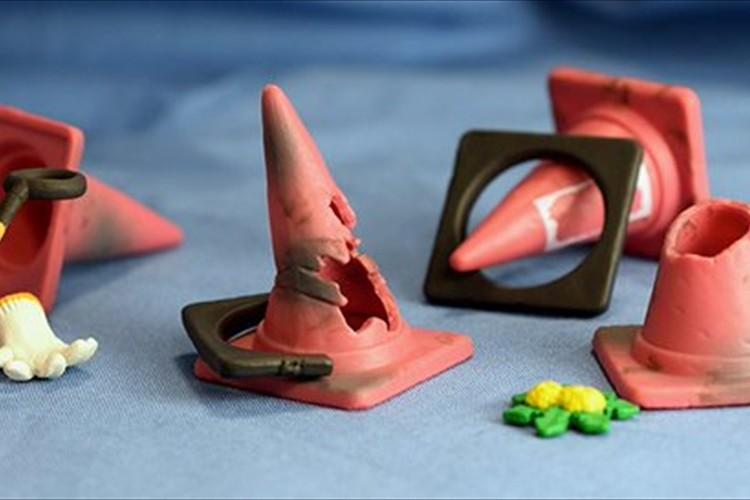 この発想はなかった(笑)工事現場などで見かける三角コーンのカプセルトイが面白い!