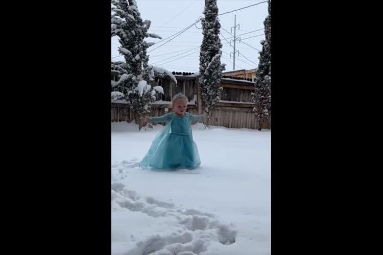演技が完ぺき(笑)アナと雪の女王の主題歌に合わせ、エルサになりきる2歳の少女が可愛すぎる!