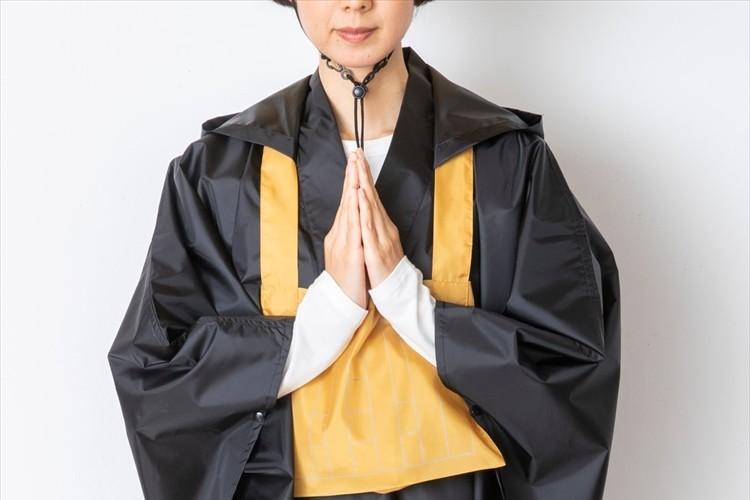 二度見されるのは確実(笑)僧侶になりきれるレインポンチョが登場!絡子の形をしたポーチに収納