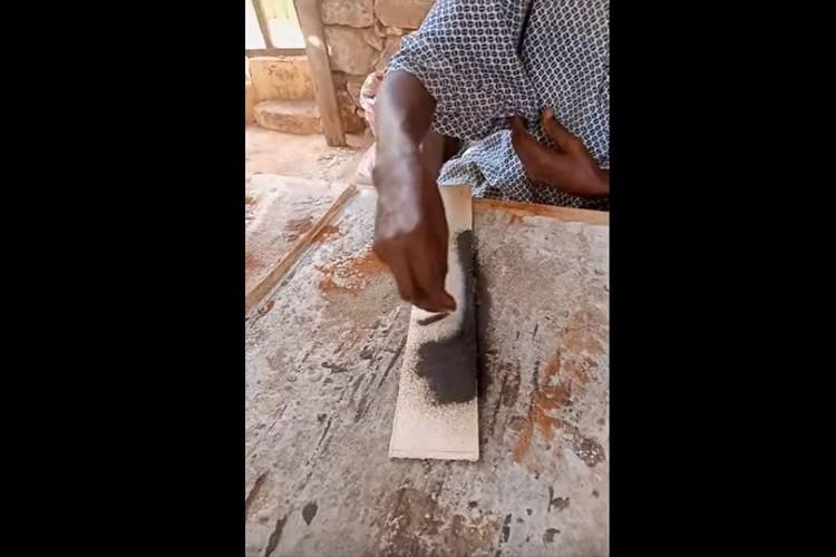 砂を振り落として出来上がる瞬間に驚愕!セネガルの砂絵職人によるサンドアートが凄い!