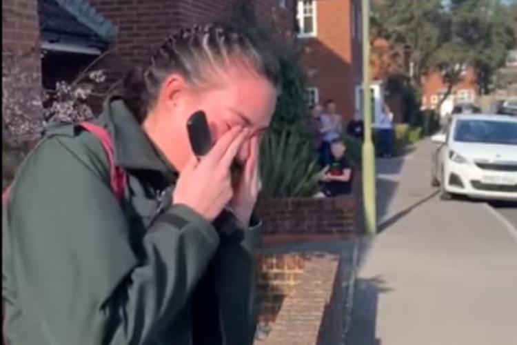 仕事に行くため家の外に出た救急隊員の女性、隣人たちからの素敵なサプライズに涙